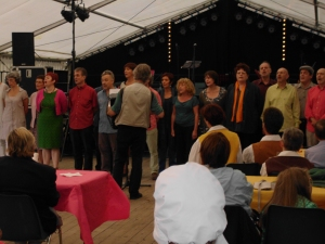 a choral of folk singers